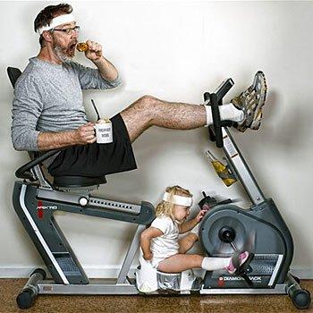 Fotos de un padre a su hija en la bicicleta