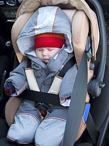 Dormir a los bebés en el coche