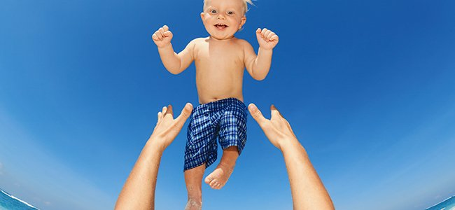 Por qué no debemos lanzar al bebé al aire