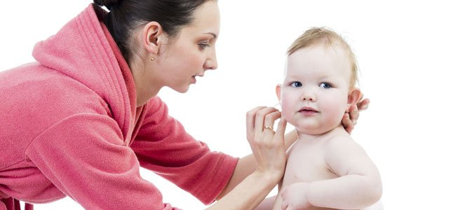 Cómo limpiar los oídos del bebé