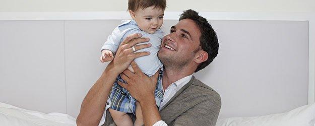 Llegada de papá a casa y abrazo a su bebé