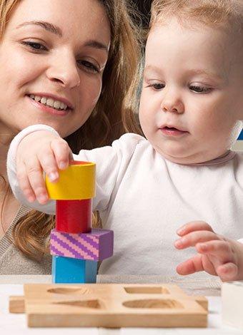 Bebé juega con madre
