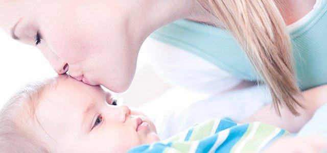 Madre besa nene