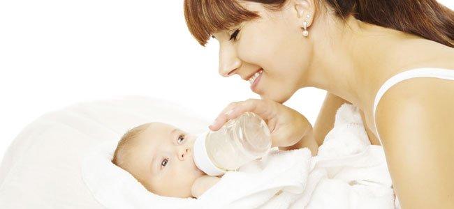 Madre da biberón al bebé
