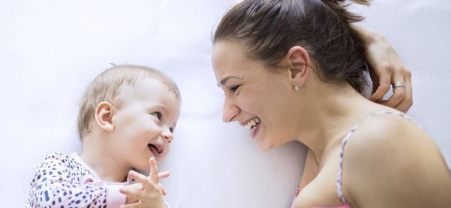 Madre habla con bebé