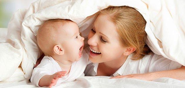 madre con bebé jugando