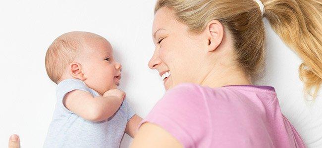 Bebé jugando con mamá