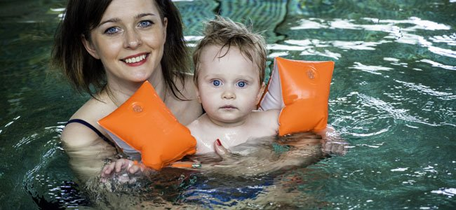 Cuidado con los bebés y niños en la piscina