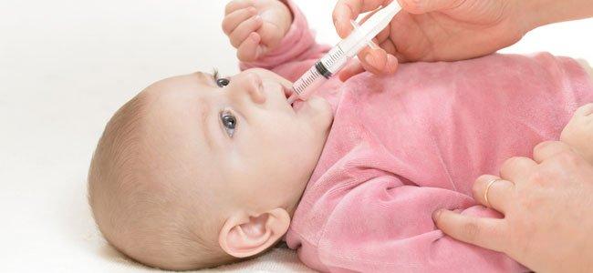 Dan medicina a bebé