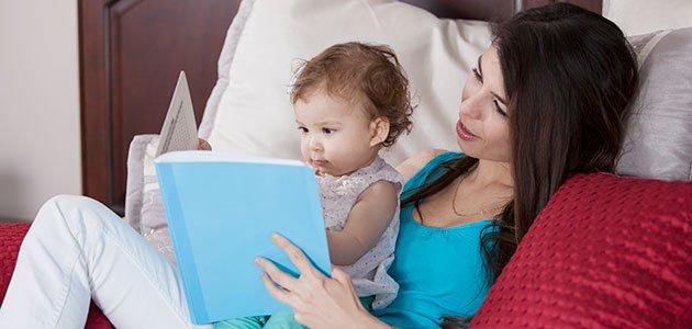 Madre con hijo leen cuento