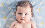 Bebé con ojos azules