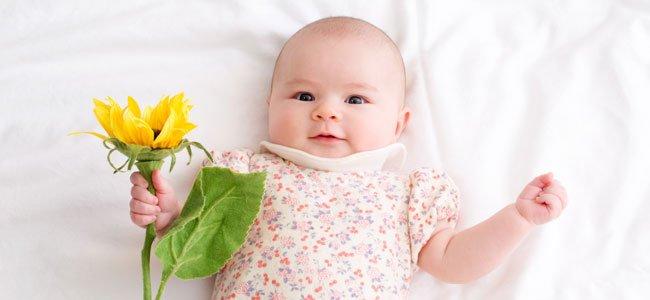 Bebé niña con flor