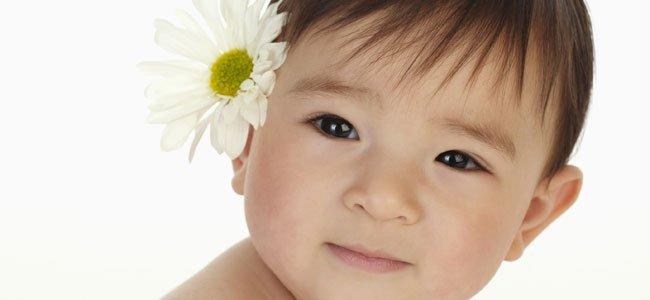 Bebé con flor