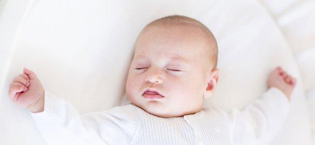 Bebé duerme plácidamente