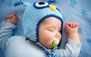 Bebé con gorro azul