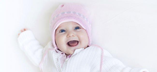 Bebé con gorrito rosa