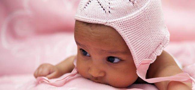 Bebé con gorro rosa