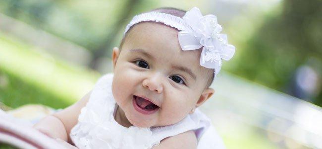 Bebé con cinta blanca