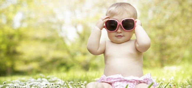 Bebé con gafas de sol