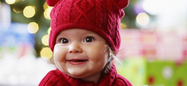 Bebé con gorro rojo