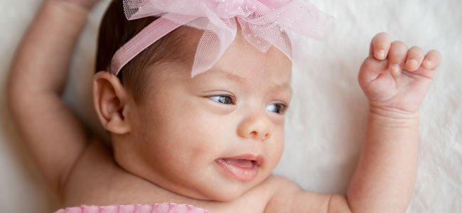 Recién nacida con lazo rosa