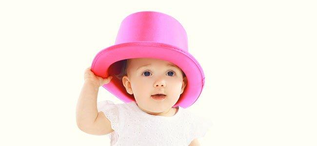 Bebé con sombrero rosa