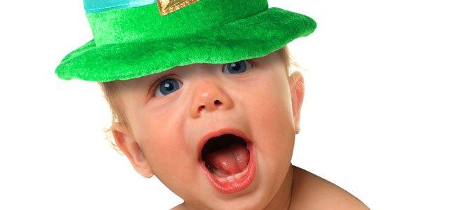 Bebé con gorro verde