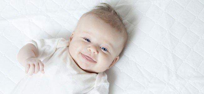 Bebé sonriente mira