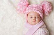 Bebé de rosa con gorro