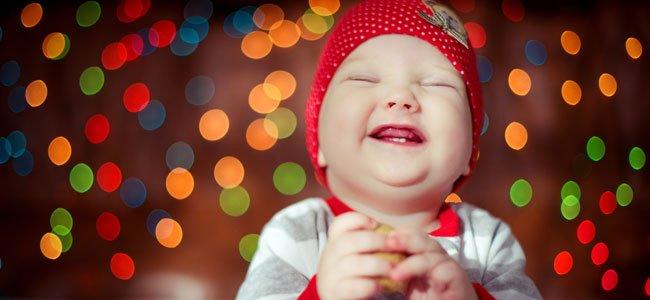 Bebé niña rie