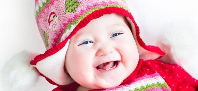 Bebé rie con gorro rojo