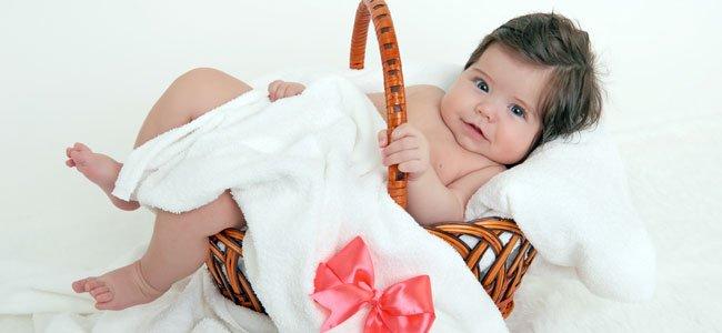 Bebé morena en cesta
