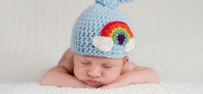 Bebé con gorrito azul