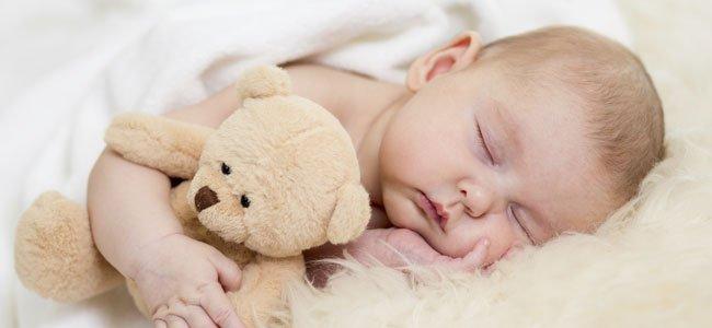 Bebé con osito duerme