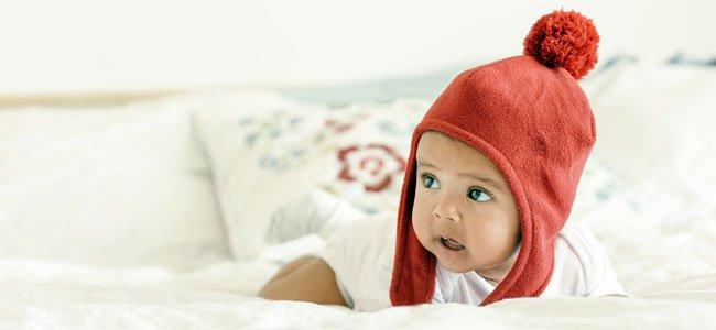 Recién nacido con gorro rojo