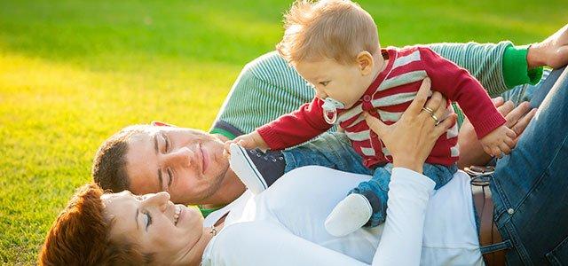 Madre y padre con bebé