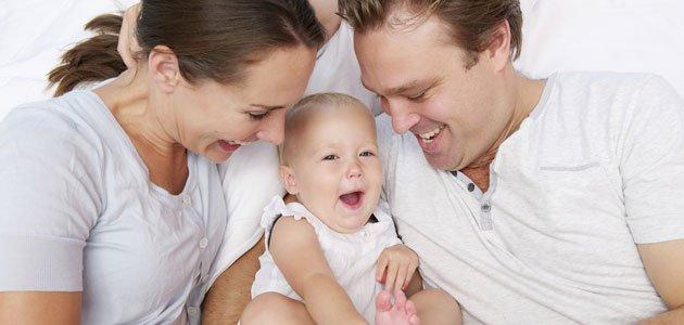 Padres primerizos con sus bebés