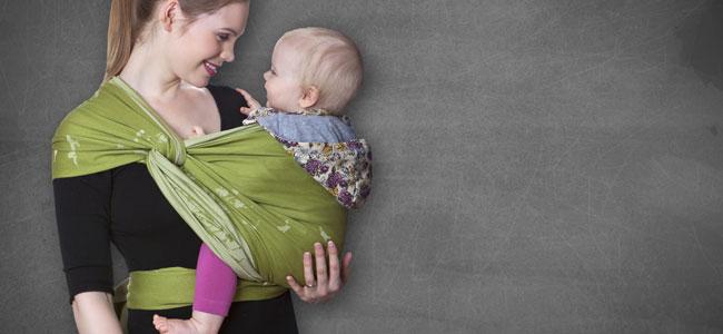 Llevar al bebé en brazos con foulard