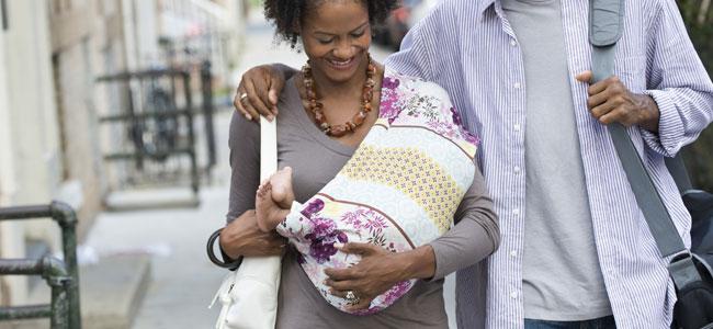Llevar al bebé en brazos en una bolsa
