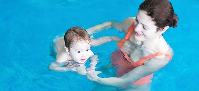 Madre y bebé en la piscina
