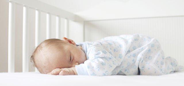 Bebé duerme en cuna