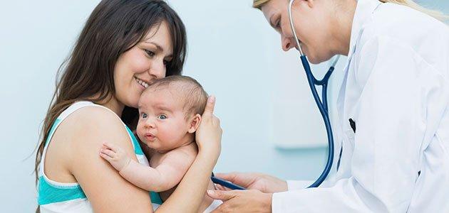 Bebé en revisión pediátrica