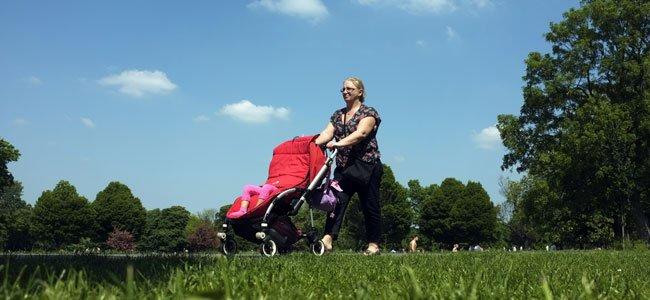 El peligro de tapar la silla del bebé con una manta