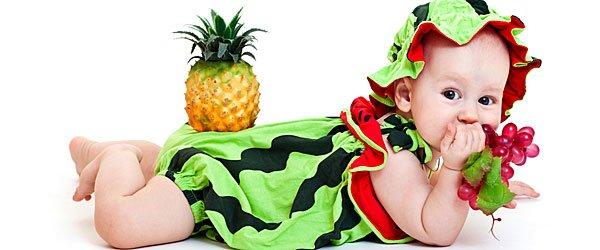 Bebé disfrazado de sandía para el carnaval