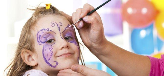Pintan mariposa a niña
