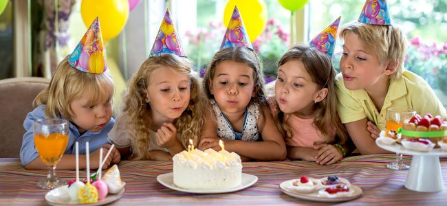 Niños celebran cumpleaños