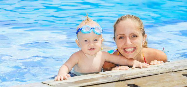 El baño del bebé en la piscina