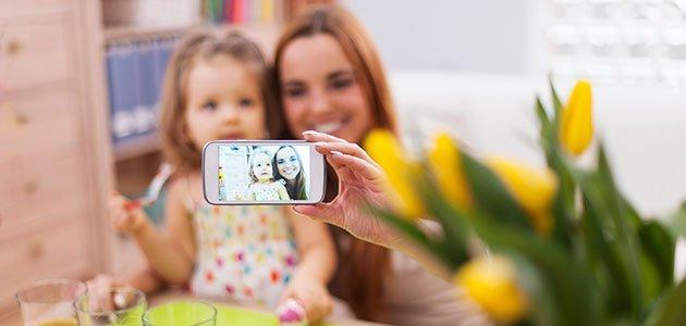 madre e hija se hacen un selfie