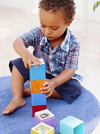 Los niños juegan más solos que con amigos