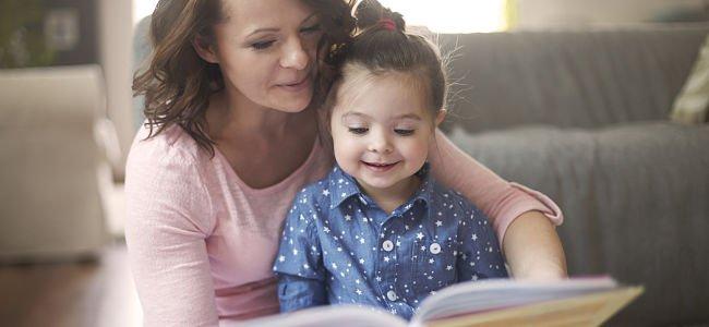 Mama y nino leyendo